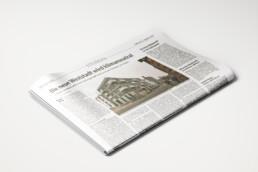 Gefaltete Zeitung zeigt den Artikel