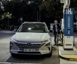 Wasserstoff Auto bei Betankung mit Wasserstoff, Hydrogen Tankstelle, ein F cell Fahrzeug, H2 - PKW fährt emissionsfrei - die Wasserstoff-Mobilität der Zukunft im klimaneutralen Stadtquartier_DSF0586_1